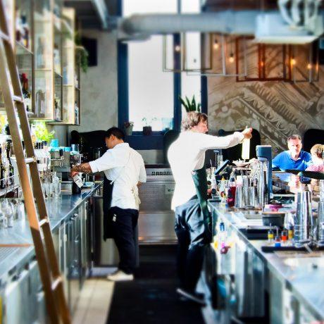 barra de bar con coctelería