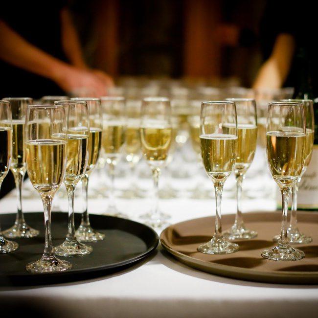 Copas de champán en bandeja